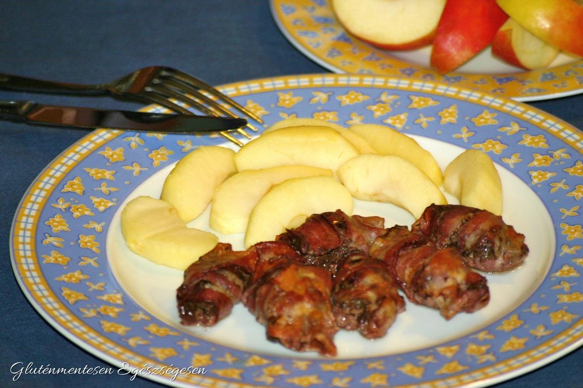 Baconba tekert sült csirkemáj párolt almával